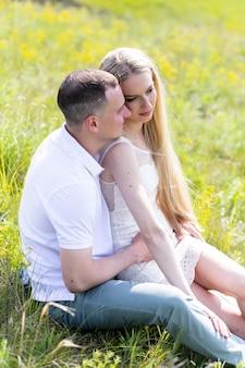 Lindo casal sorridente homem mulher apaixonada. marido e mulher se abraçando no parque num dia de verão. união e felicidade. família de pessoas reais autênticas ao ar livre. cabeçalho do banner da web.