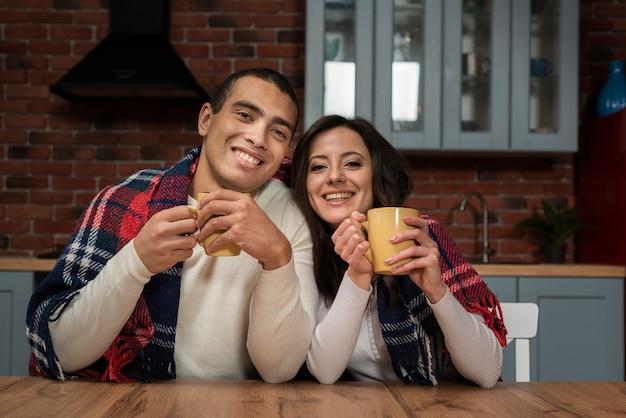 Lindo casal sorrindo juntos