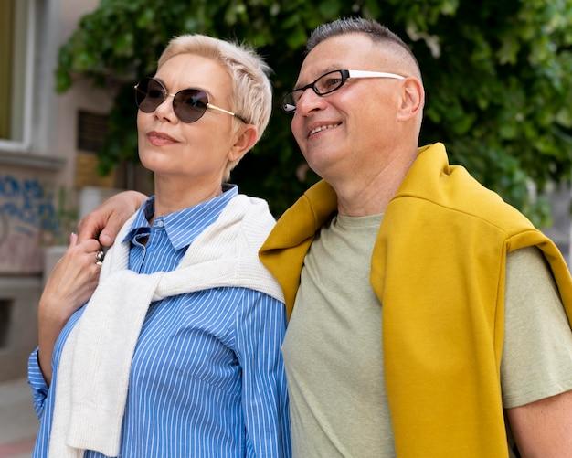 Lindo casal tendo um encontro ao ar livre
