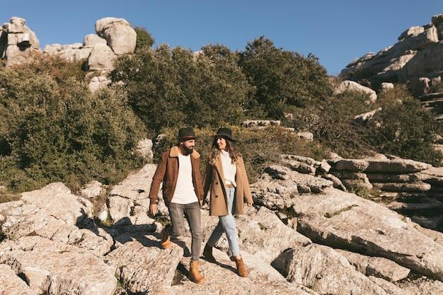 Lindo casal, tendo uma viagem de montanha
