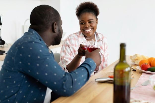 Lindo casal tomando uma taça de vinho juntos