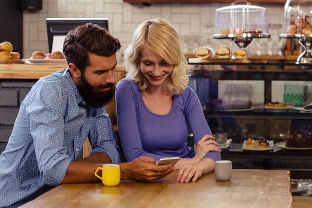 Lindo casal usando um smartphone