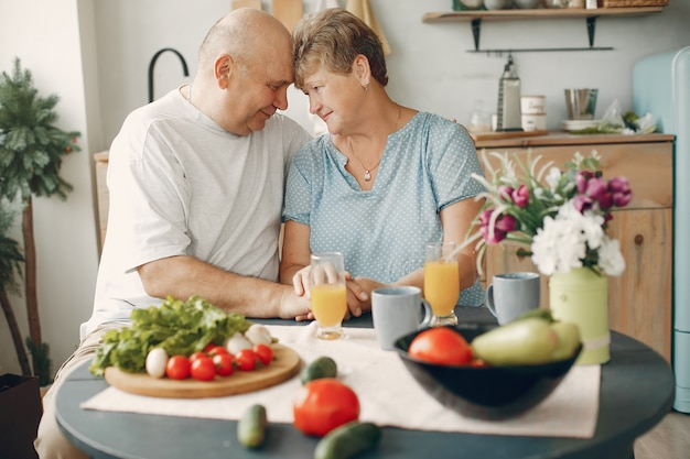 Lindo casal velho preparar comida em uma cozinha