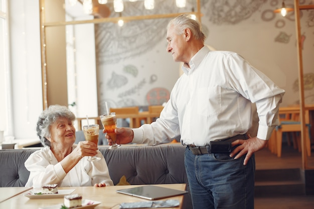 Lindo casal velho sentado em um café