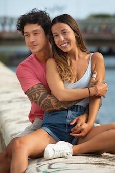 Lindo casal viajando ao ar livre