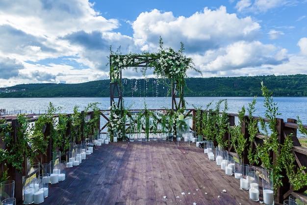 Lindo casamento arranjo de flores arco de rosas brancas e galhos com folhas verdes
