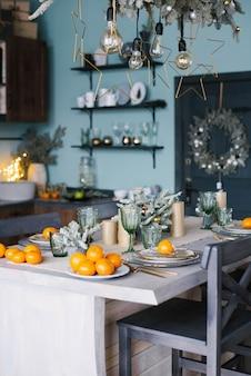 Lindo cenário de mesa com enfeites de natal na sala