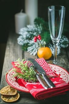 Lindo cenário de mesa de natal com enfeites de natal
