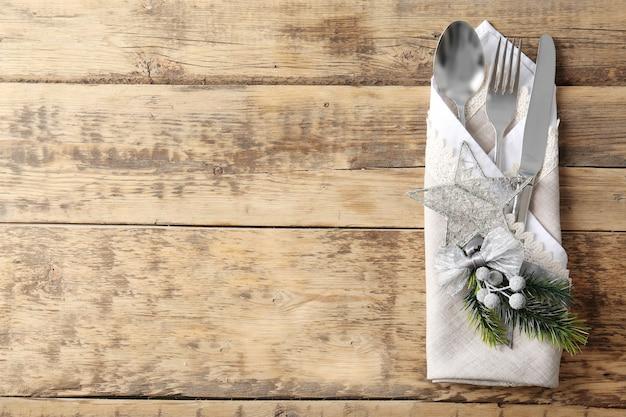 Lindo cenário de mesa de natal em superfície de madeira
