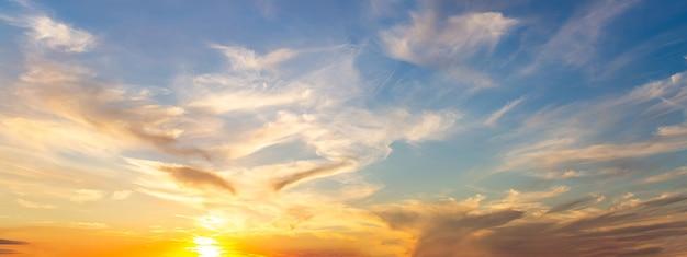 Lindo céu ao pôr do sol com nuvens cirros