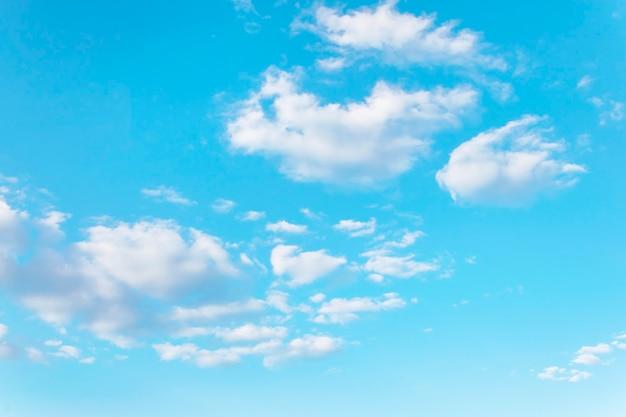 Lindo céu azul atmosférico com nuvens brancas.