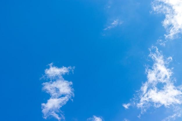 Lindo céu azul com fundo de nuvens brancas