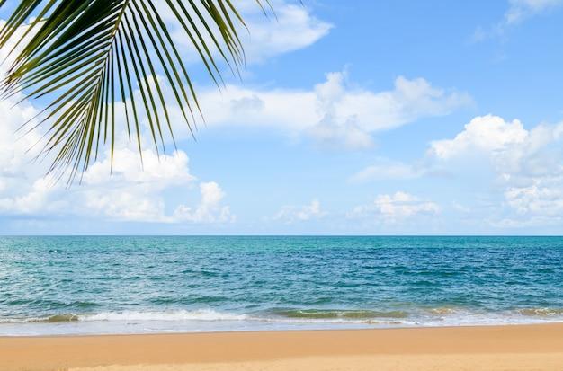 Lindo céu azul com nuvens brancas e mar e praia azuis em phuket, tailândia