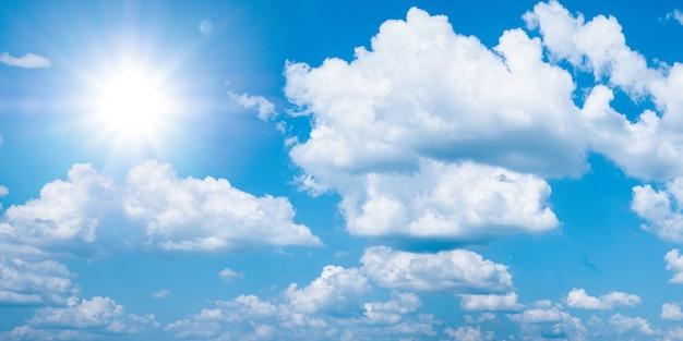 Lindo céu azul com nuvens brancas e sol, panarama de fundo de luz do sol