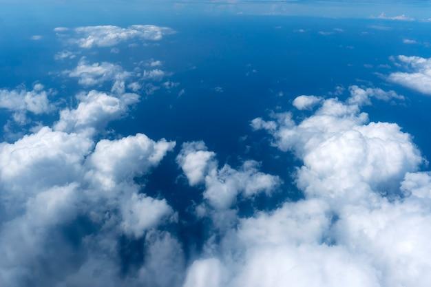 Lindo céu azul com nuvens brancas vista exterior do voo do espaço de altura de ar