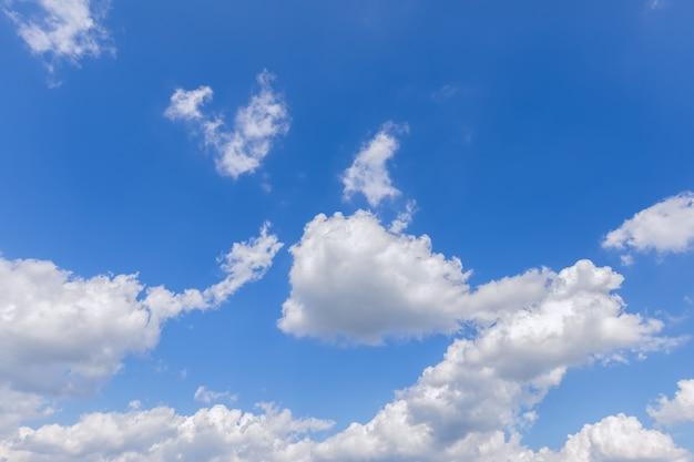 Lindo céu azul com nuvens exuberantes.