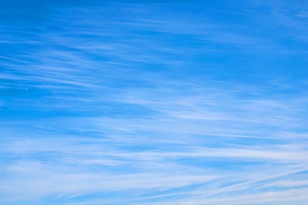 Lindo céu azul com nuvens felpudas.
