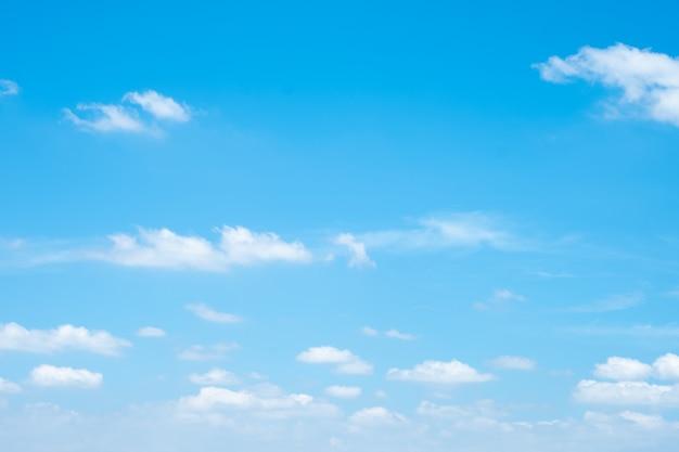 Lindo céu azul com nuvens
