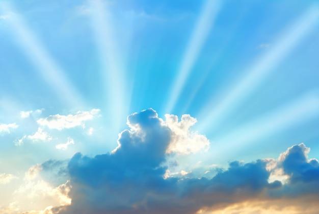 Lindo céu azul com raios de sol e nuvens