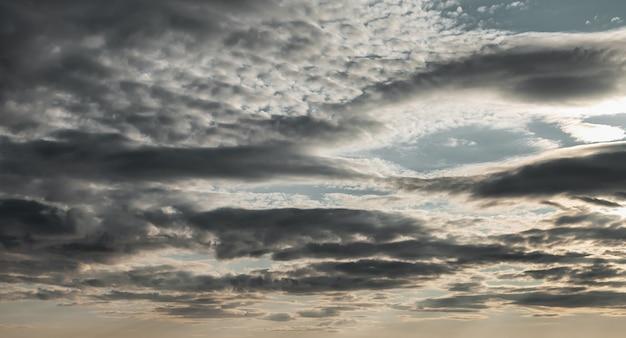 Lindo céu azul e fundo natural das nuvens. fundos de atmosfera de natureza abstrata. nuvens coloridas azuis e brancas dramáticas durante o dia. copie o espaço para o site