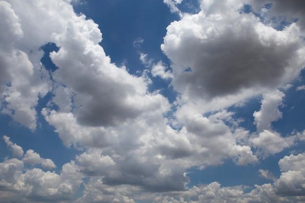 Lindo céu azul e nuvens