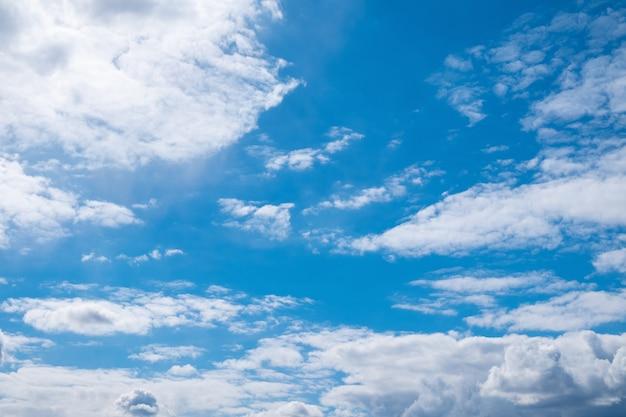 Lindo céu azul ensolarado com nuvens brancas