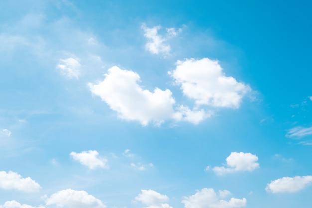 Lindo céu azul nuvens