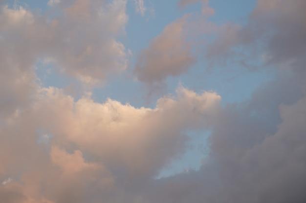 Lindo céu azul vintage no período da tarde e no crepúsculo