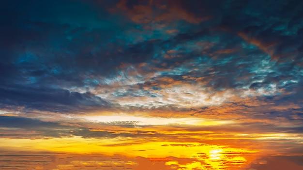Lindo céu com nuvens ao entardecer. fundo natural.