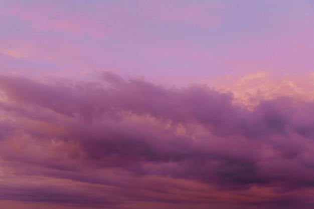 Lindo céu com nuvens cor de rosa no céu ao pôr do sol.