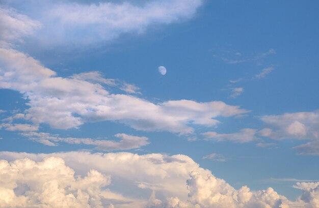 Lindo céu com nuvens e lua