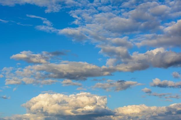 Lindo céu com nuvens pesadas e chuvosas. nuvens brilhantes. fundo do céu.