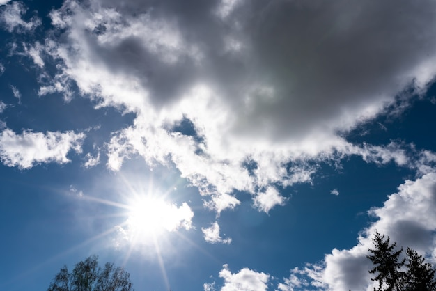 Lindo céu com nuvens volumétricas e raios de sol
