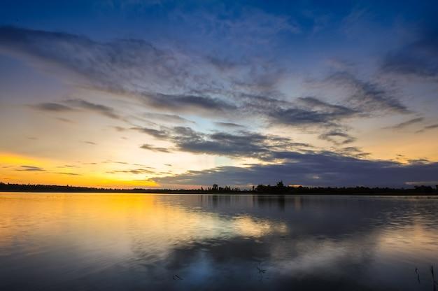 Lindo céu crepuscular com nuvem antes do pôr do sol da manhã imagem de fundo