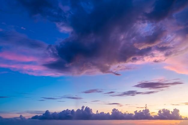Lindo céu de noite com nuvens, pôr do sol, fundo desfocado abstrato.