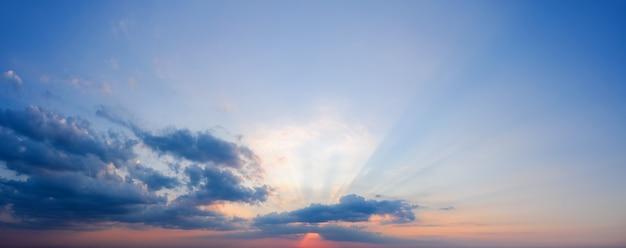 Lindo céu dramático do sol com raios de sol brilhando através das nuvens.