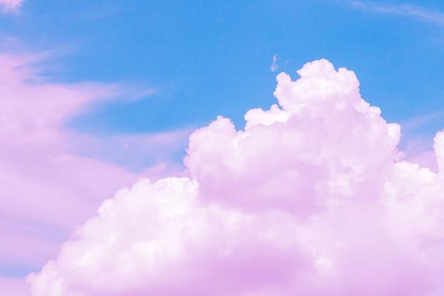 Lindo céu e nuvens em tons pastéis suaves. nuvem rosa suave no tom pastel colorido do fundo do céu.
