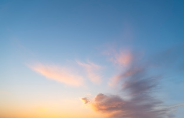 Lindo céu e pôr do sol paisagem natural