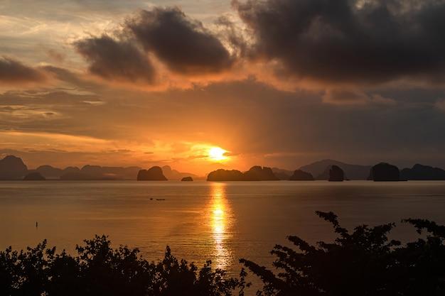 Lindo céu laranja e nascer do sol no mar.