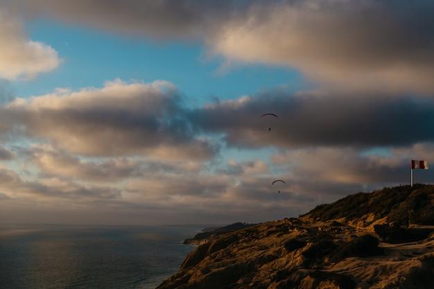 Lindo céu nublado e a costa rochosa do oceano