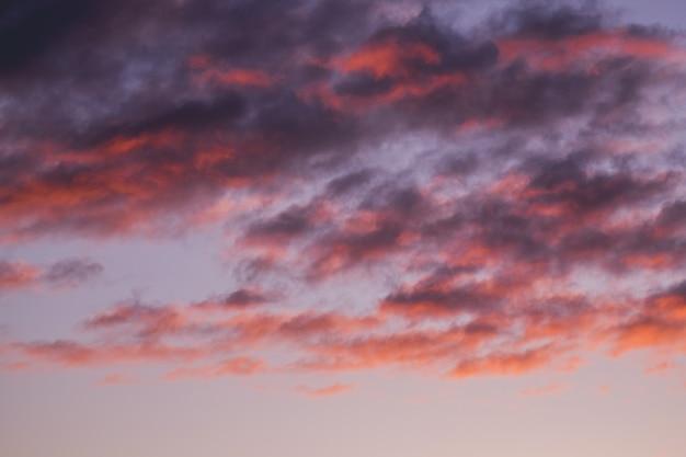 Lindo céu nublado vermelho ao pôr do sol