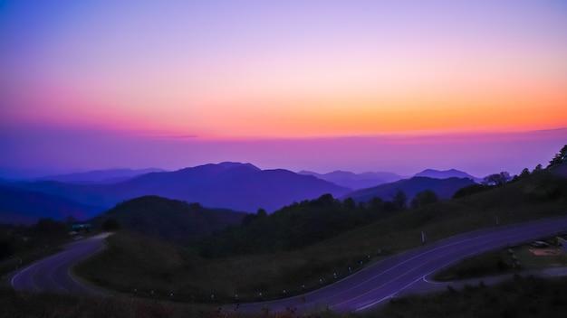 Lindo céu pôr do sol com montanha e estrada