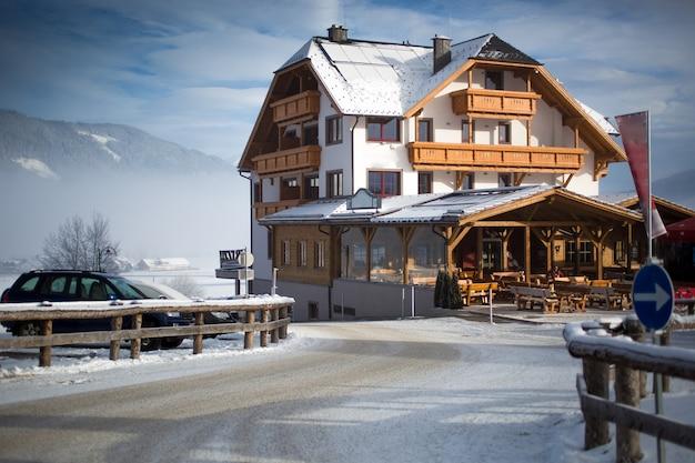 Lindo chalé de madeira tradicional nos alpes austríacos