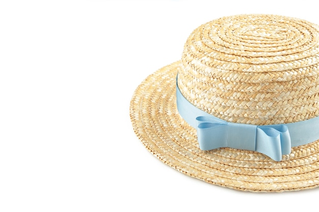 Lindo chapéu de palha com fita azul isolado na superfície branca