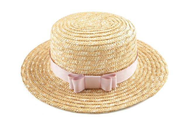 Lindo chapéu de palha com fita rosa isolado na superfície branca