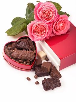 Lindo chocolate rosa e escuro para o dia dos namorados em fundo branco isolado.