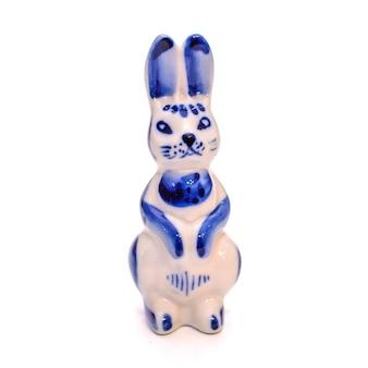 Lindo coelhinho de porcelana em estilo gzhel azul e branco em um fundo branco isolado