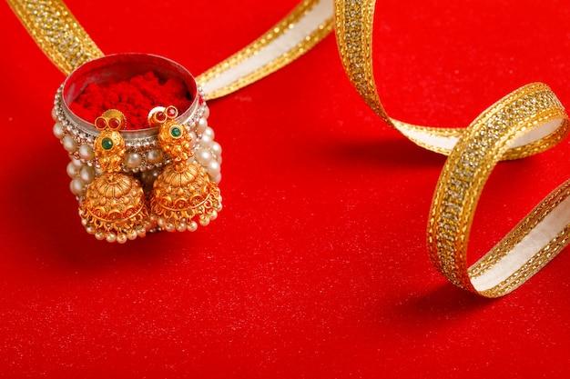 Lindo colar tradicional indiano e jóias.