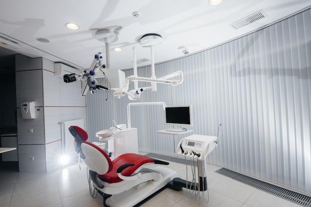 Lindo consultório odontológico branco com novos equipamentos modernos