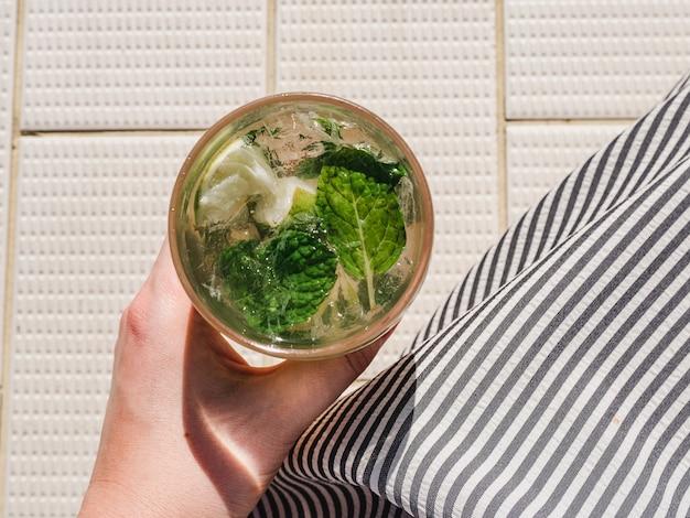 Lindo copo com refrescante mojito e cubos de gelo
